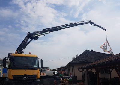 Hydraulický žeriav FASSI stavia dom