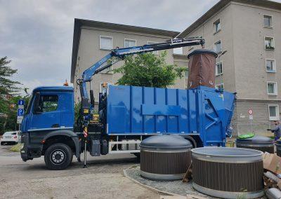 Hydraulický žeriav FASSI F120 na nakladanie odpadu.